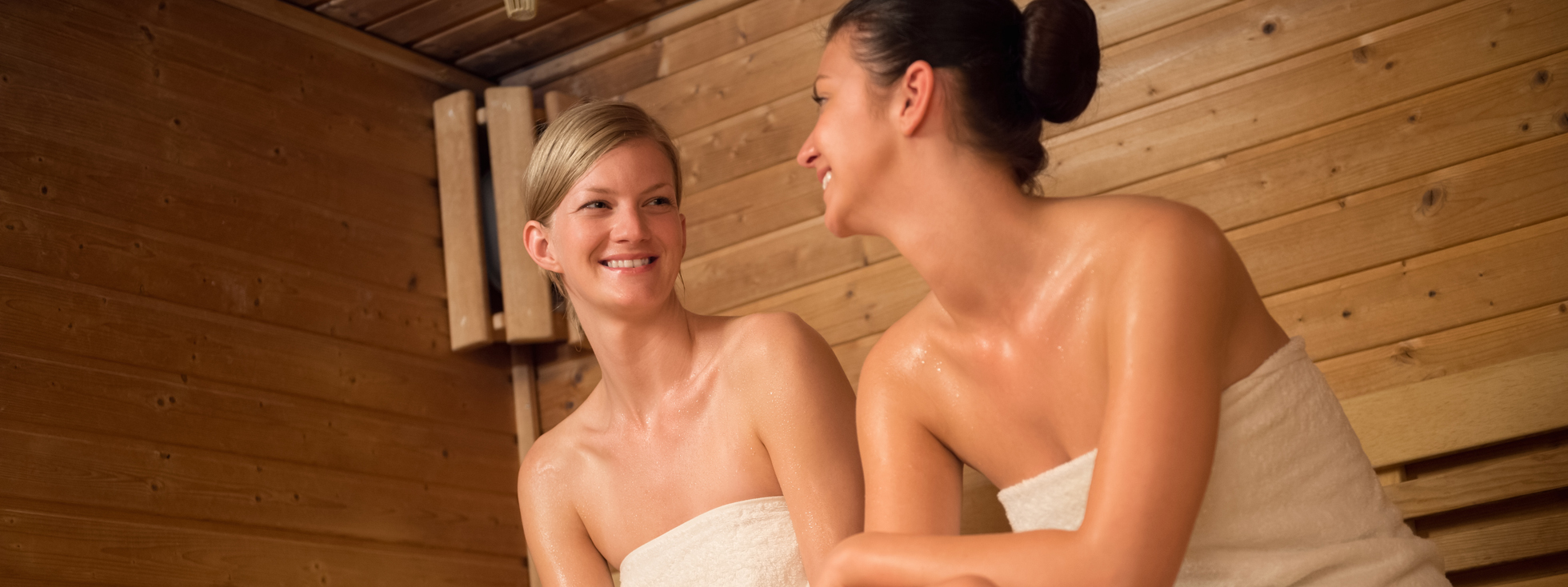 Frauen relaxen in Sauna